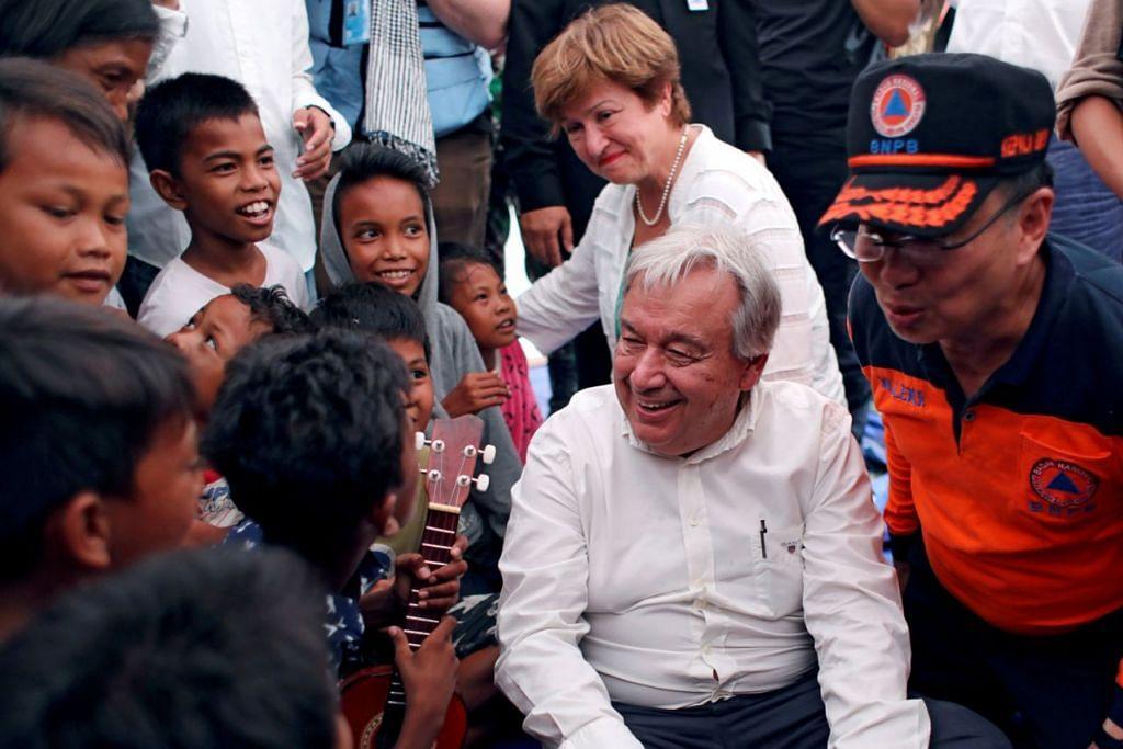 LAWAT MANGSA: Encik Antonio Guterres (dua dari kanan) dan Cik Kristalina Georgieva bertemu dengan kanak-kanak yang ditempatkan di perkhemahan perlindungan di Palu, Sulawesi Tengah. - Foto REUTERS