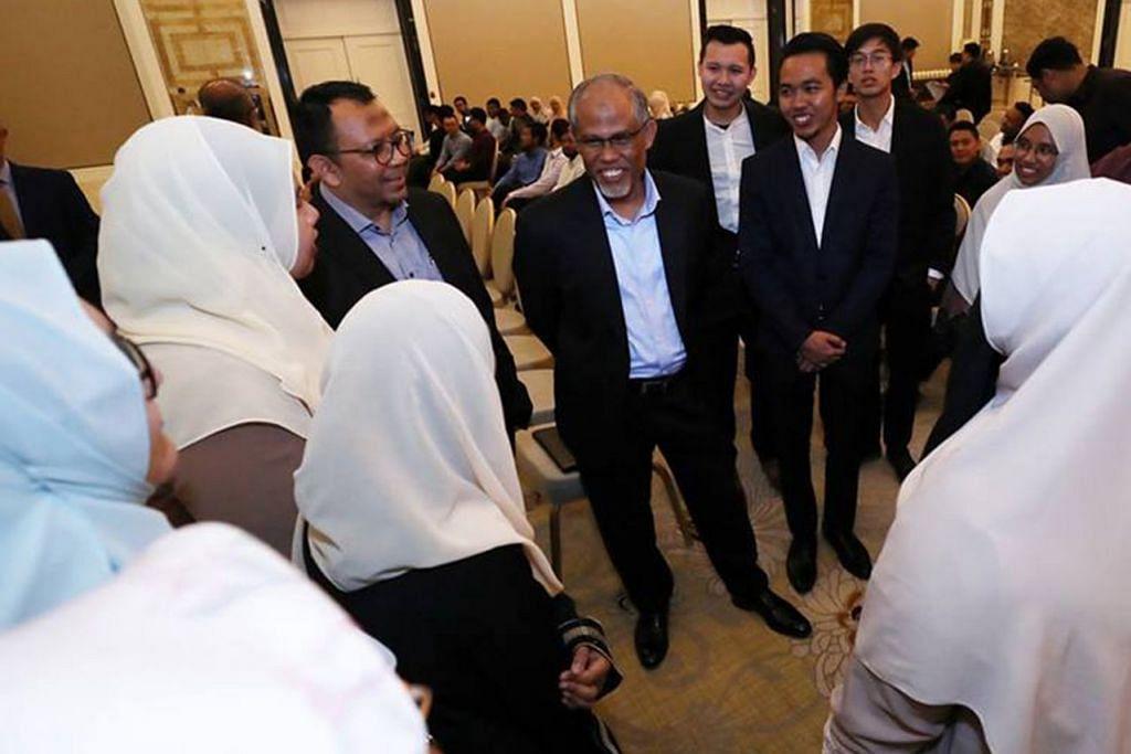 KONGSI PENDAPAT: Encik Masagos (tengah) berkata beliau senang hati menjawab pertanyaan berkenaan topik meluas yang diajukan mahasiswa dari Singapura di sesi dialog di Universiti Jordan. - Foto MCI
