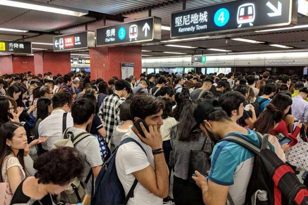RAMAI TERJEJAS: Para penumpang terpaksa menunggu lama bagi menaiki MTR di stesen Wan Chai, Hongkong semalam. - Foto TWITTER