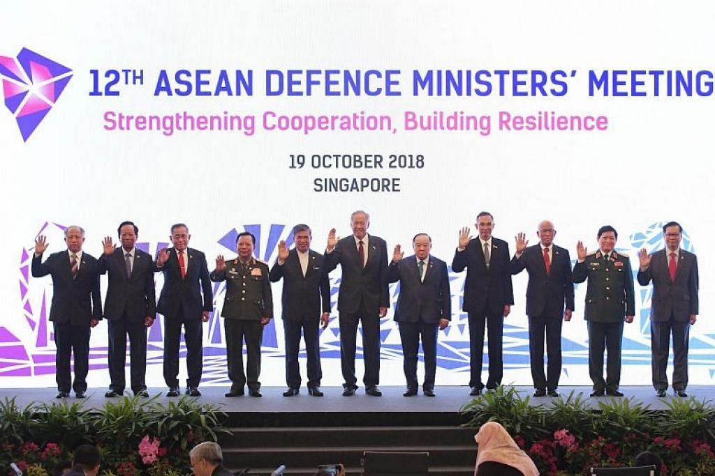 Dr Ng Eng Hen (tengah) berkata menteri pertahanan Asean telah  membuat kemajuan baik dalam tiga keutamaan yang telah diketengahkan dalam mesyuarat tahunan mereka. FOTO: ALPHONSUS CHERN