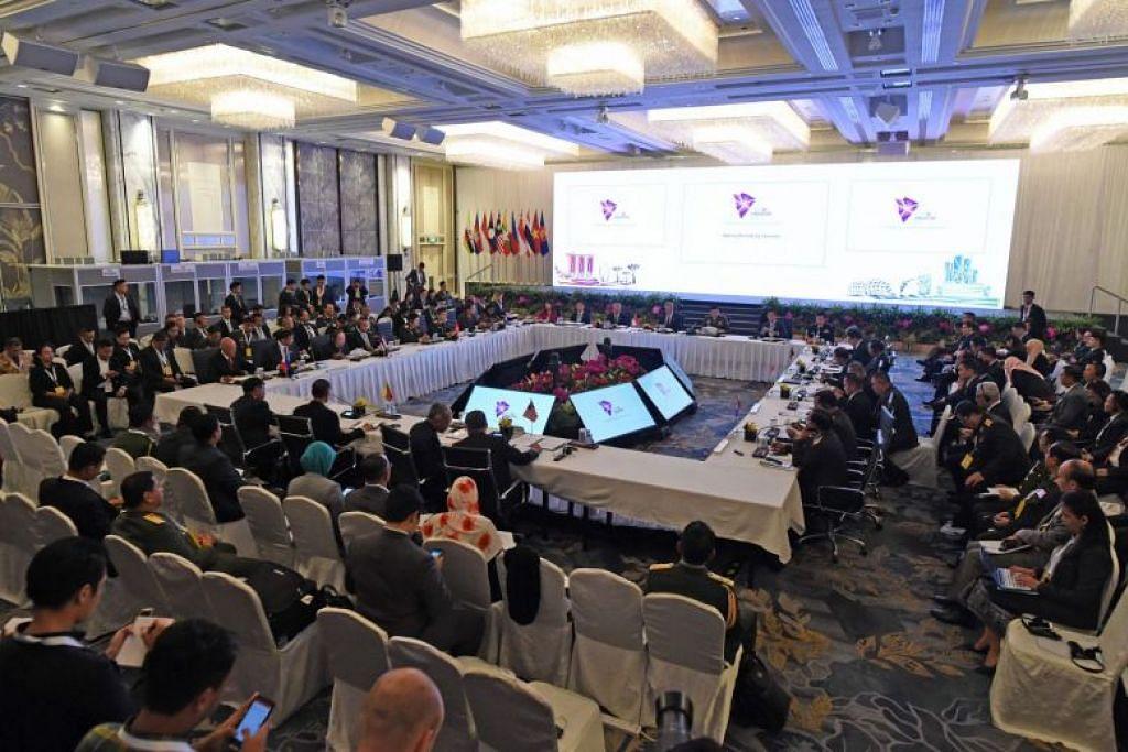 Menteri pertahanan Asean menandatangani pengisytiharan bersama menjanji menggalakkan keamanan dan kestabilan serantau. FOTO: AFP