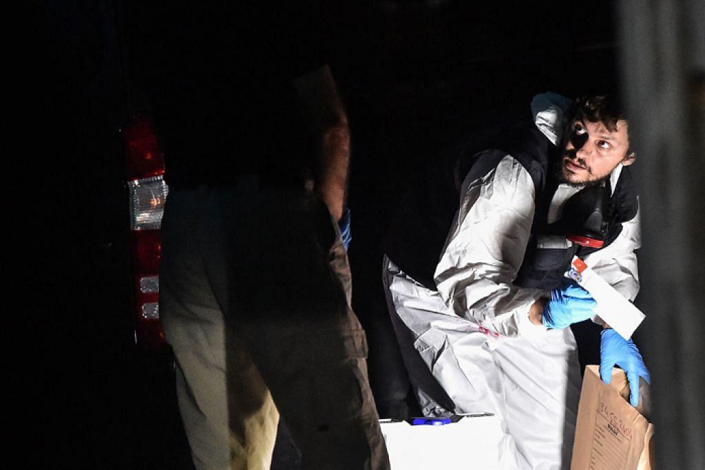 SIASAT BERSAMA: Pegawai forensik Turkey mencari bahan bukti sedang pegawai Arab Saudi berdiri di sebelahnya di bangunan konsul negara tersebut di Istanbul dalam usaha menyiasat kes wartawan Jamal Khashoggi, yang hilang sejak lebih dua minggu lalu.