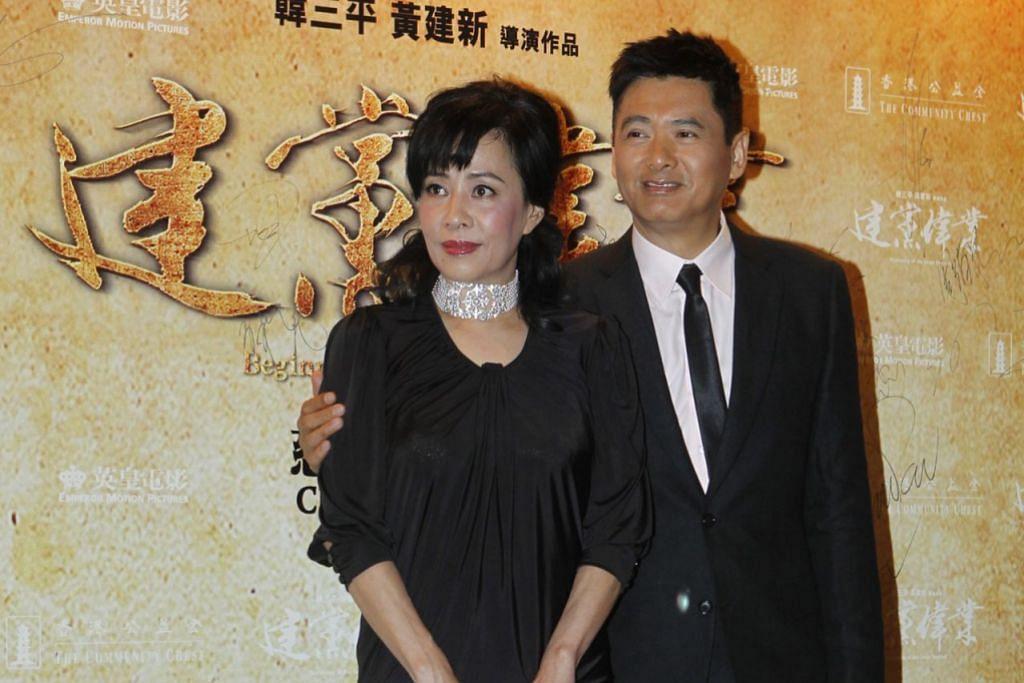RENDAH HATI: Walaupun bergelar bintang terkenal, Chow Yun Fat hidup dengan berjimat cermat. Beliau juga sentiasa dilihat menaiki pengangkutan awam dan memakai baju biasa-biasa saja sebagaimana kebanyakan orang awam. - Foto APPLE DAILY