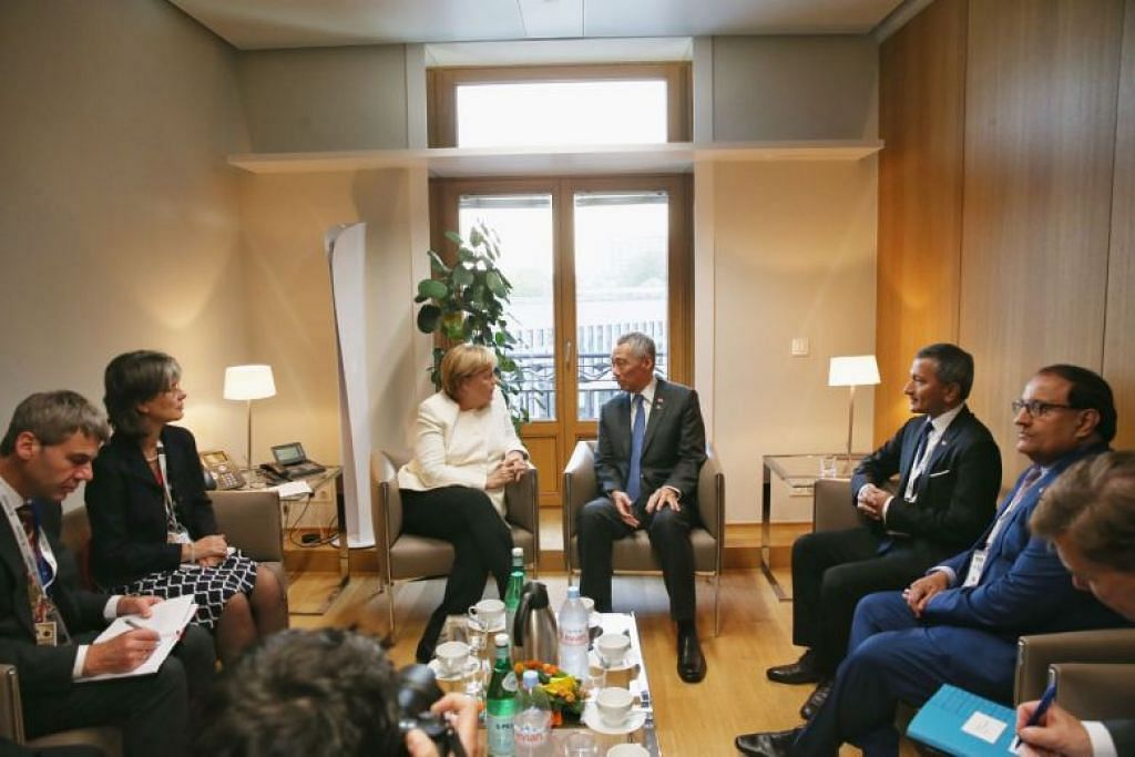 Canselor Jerman Angela Merkel (berbaju putih) dan PM Lee semasa pertemuan dua hala Singapura-Jerman di Brussels, Belgium sebelum Mesyuarat Asia-Eropah. FOTO: WEE JIN ONG
