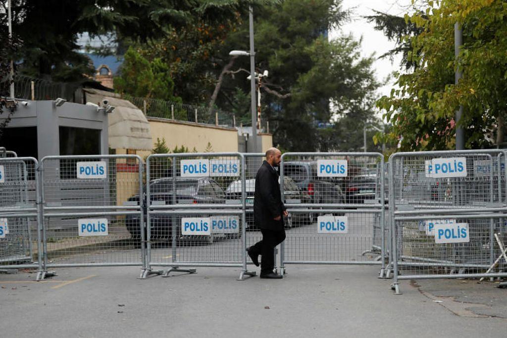 Seorang anggota kakitangan keselamatan berdiri di hadapan pintu masuk konsulat Arab Saudi di Istanbul. Foto: REUTERS