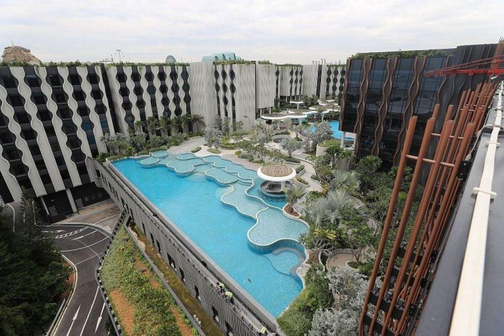 Gambar menunjukkan dua hotel yang dimiliki Far East Hospitality- Village Hotel (kiri) dan The Outpost Hotel. Kededua hotel tersebut akan dibuka berdekatan Palawan Beach pada suku pertama tahun depan. Satu lagi hotel di kawasan yang sama, Barracks Hotel, akan dibuka pada suku ketiga. Foto: ST