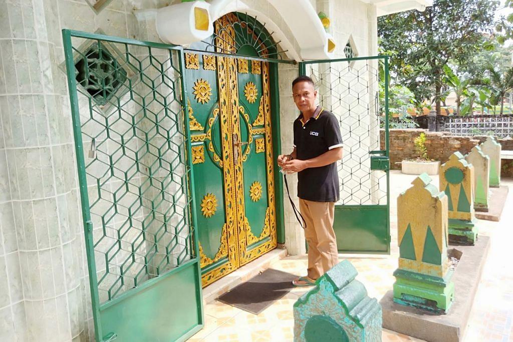 BERKHIDMAT DI MAKAM: Encik Ihsan turut menjaga makam keluarga Habib Nuh yang diabadikan dalam Makam Kesultanan Palembang di Kawah Tekurep. - Foto BH oleh SAINI SALLEH