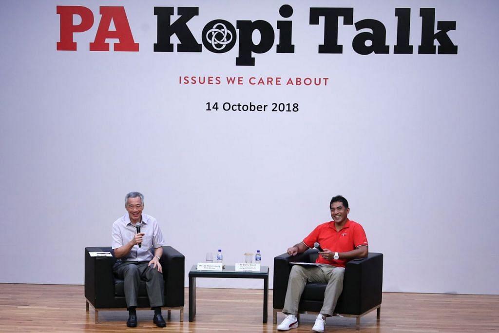 MENDAPATKAN MAKLUM BALAS: PM Lee bersama moderator dialog, Encik Darryl David, yang juga Anggota Parlimen (AP) GRC Ang Mo Kio semasa dialog bersama 350 pemimpin akar umbi. - Foto KEMENTERIAN PERHUBUNGAN DAN PENERANGAN (MCI)