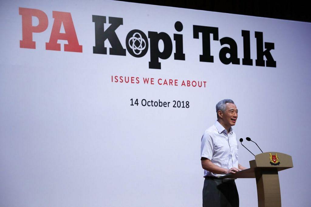 MEMPERSIAP BAGI MASA HADAPAN: PM Lee menyampaikan ucapannya sebelum sesi dialog di Kelab Masyarakat Ci Yuan baru-baru ini. - Foto KEMENTERIAN PERHUBUNGAN DAN PENERANGAN (MCI)