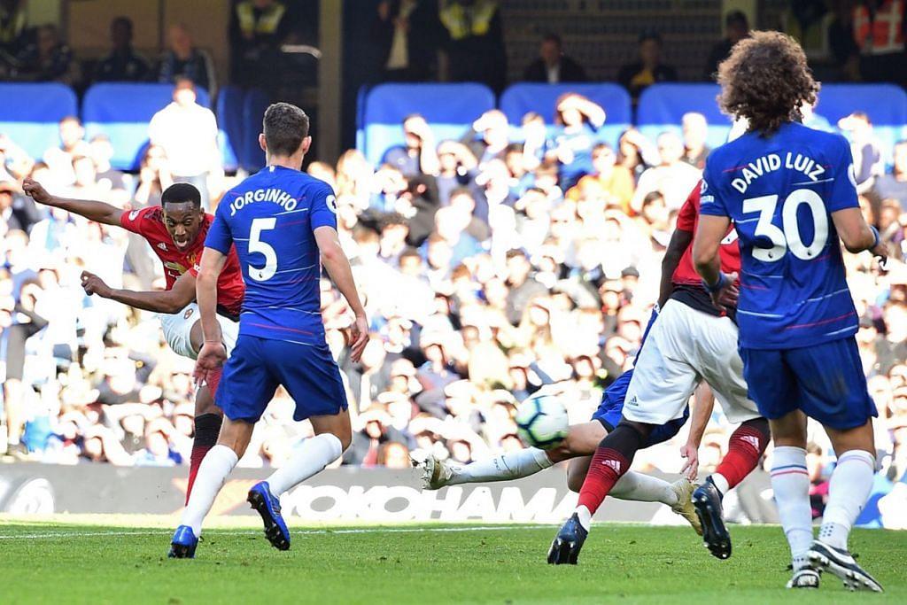 PENJARING DUA GOL: Anthony Martial (kiri) merembat masuk bola untuk gol kedua Manchester United semasa menentang Chelsea kelmarin. - Foto AFP
