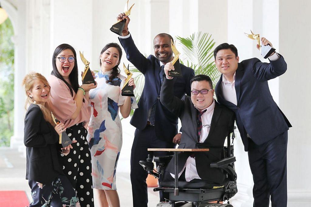 DAPAT PENGIKTIRAFAN: Penerima Anugerah Belia Singapura terdiri daripada (dari kiri) Cik Inch Chua; Cik Jean Loo, Cik Amanda Chong, Dr Hamid Rahmatullah, Encik Jason Chee dan Encik Daniel Teh. - Foto BH oleh JONATHAN CHOO