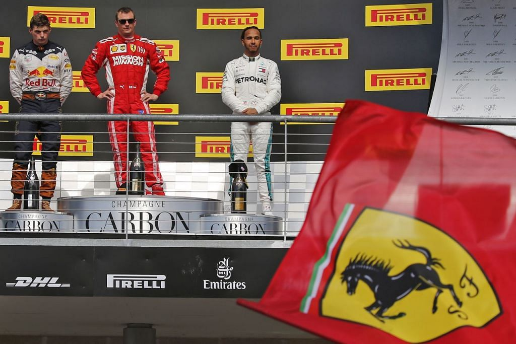 BELUM LAGI: Lewis Hamilton (kanan) terpaksa menanti perlumbaan Mexico pada hujung minggu akan datang memandangkan beliau hanya menduduki tempat ketiga dalam perlumbaan di Austin, Texas kelmarin. Tempat pertama dimenangi Kimi Raikkonen (tengah) dan kedua ialah Max Verstappen. - Foto EPA-EFE