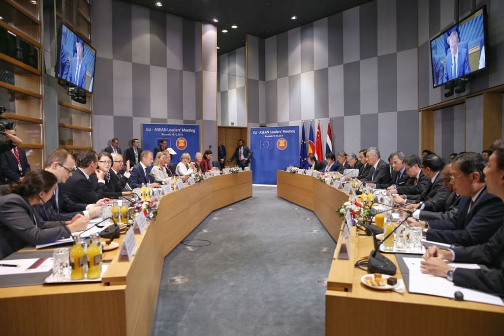 MESYUARAT PEMIMPIN ASEAN-KESATUAN EROPAH: Perdana Menteri Lee Hsien Loong (di meja sebelah kanan, tujuh dari kanan) menghadiri mesyuarat ASEM di Brussels, Belgium. - Foto ONG WEE JIN