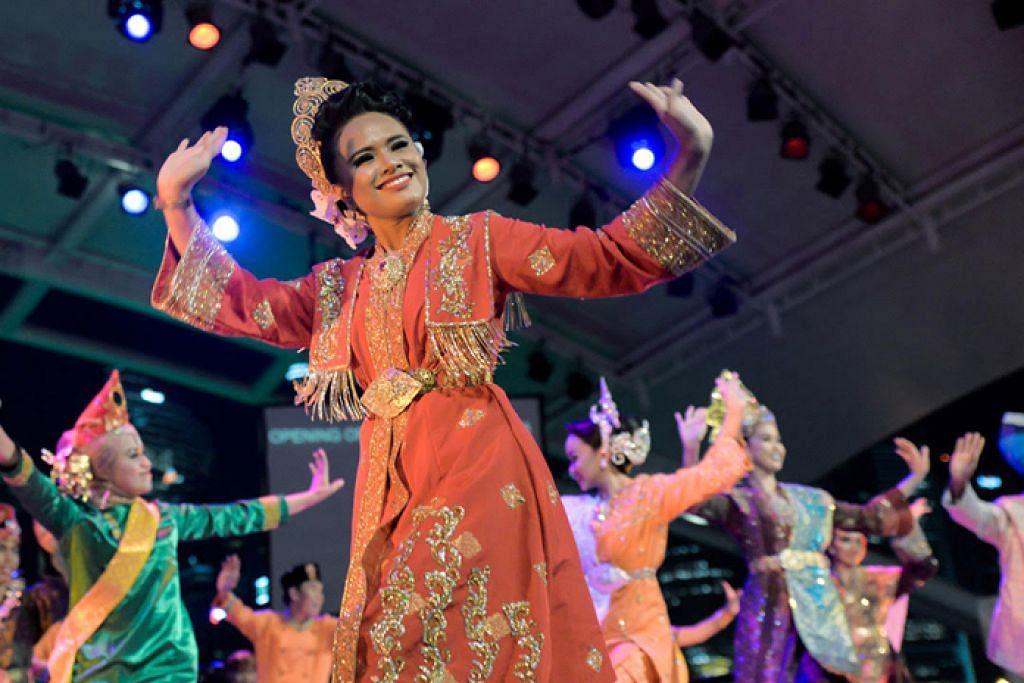 RAI SENI: Gabungan penari tiga negara - Malaysia, Indonesia dan Singapura - menjadi persembahan utama 'Festival Muara' di Esplanade, yang boleh ditonton secara percuma sepanjang tiga hari pesta berlangsung. - Foto ERA DANCE THEATRE