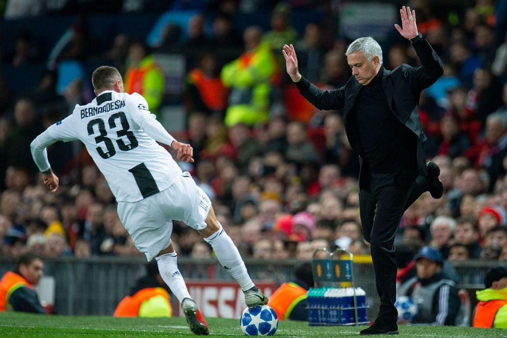 BUKAN GEMBIRA: Jose Mourinho meloncat semasa mengelak Federico Bernardeschi yang cuba mendapatkan bola. - Foto EPA-EFE