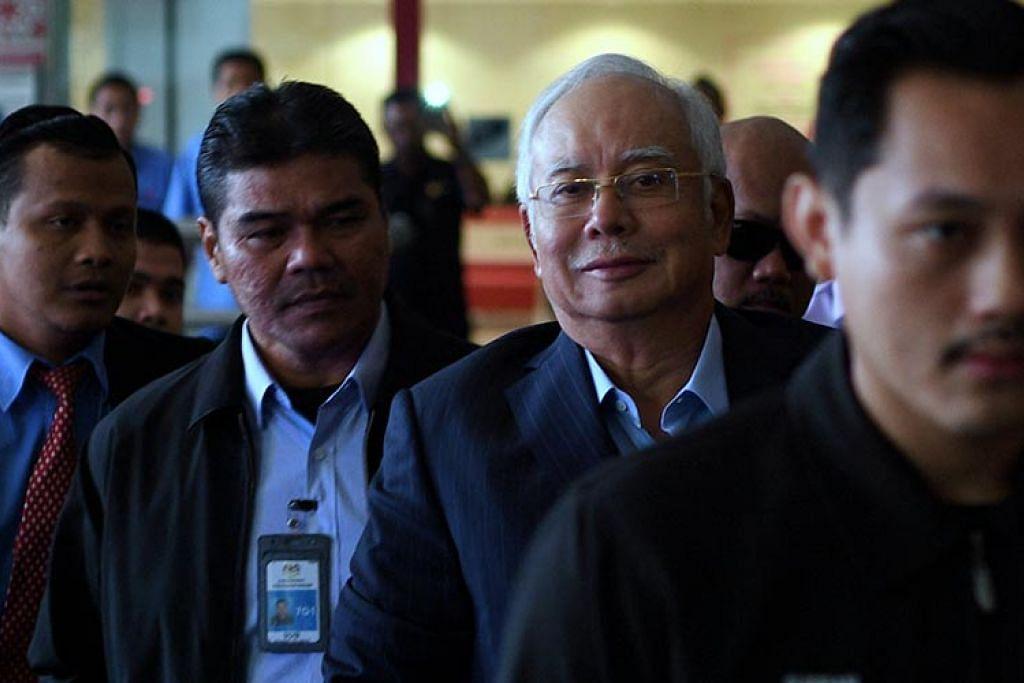 DISOAL SIASAT LAGI: Datuk Najib (dua dari kanan) tiba di ibu pejabat Suruhanjaya Pencegahan Rasuah Malaysia (SPRM) semalam untuk memberi keterangannya buat kali kesembilan. – Foto ASTRO AWANI