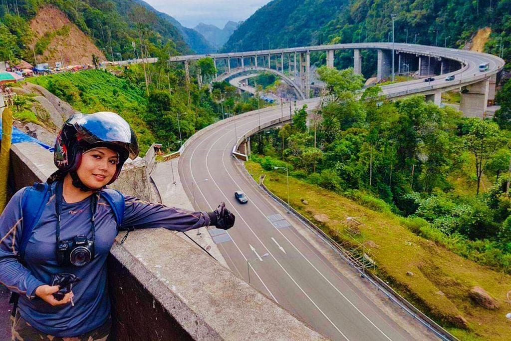 PERJALANAN PENUH LIKU: Cik Noor Hasnah Adam mengembara menggunakan motosikal dari Pekan Baru dan memintas masuk daerah Sumatera Barat di mana beliau berhenti di Lebuh Raya Kelok 9 yang cantik tetapi berlekuk dan berbahaya. - Foto ihsan NOOR HASNAH ADAM