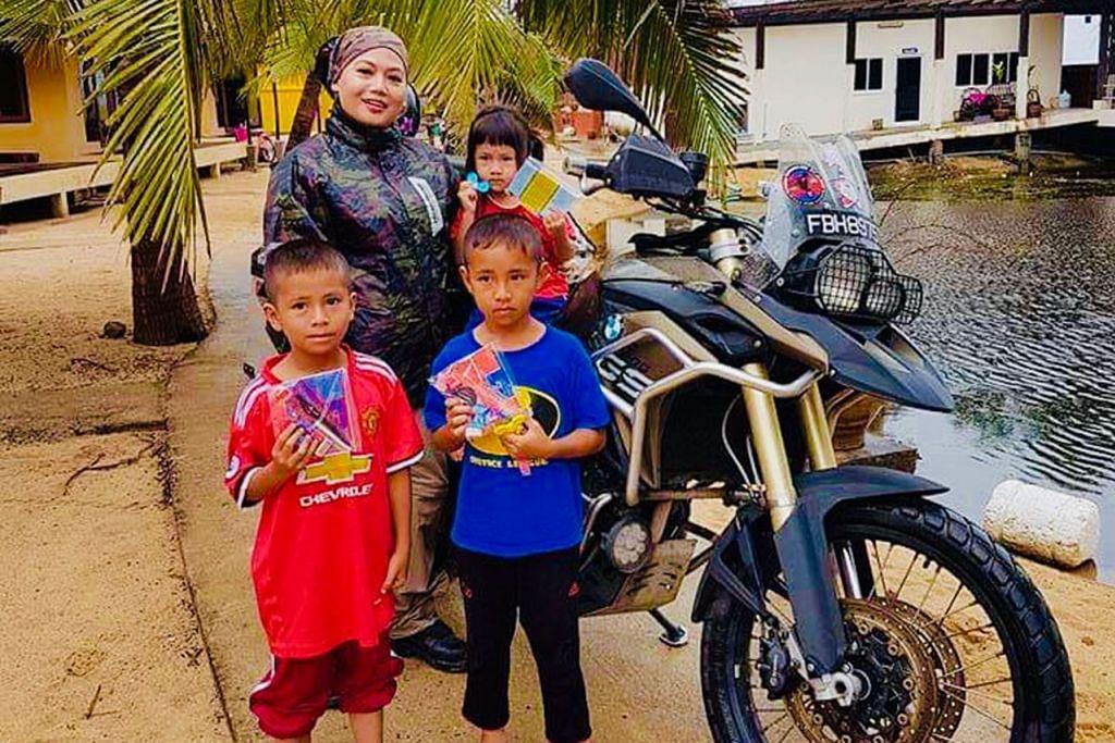 BAWA CATATAN MENARIK: Cik Noor Hasnah juga bertemu dengan kanak-kanak di selatan Thailand dalam kembara dari Betong ke Yala, Songkhla, Satun, Pak Bara dan Ranong. - Foto ihsan NOOR HASNAH ADAM