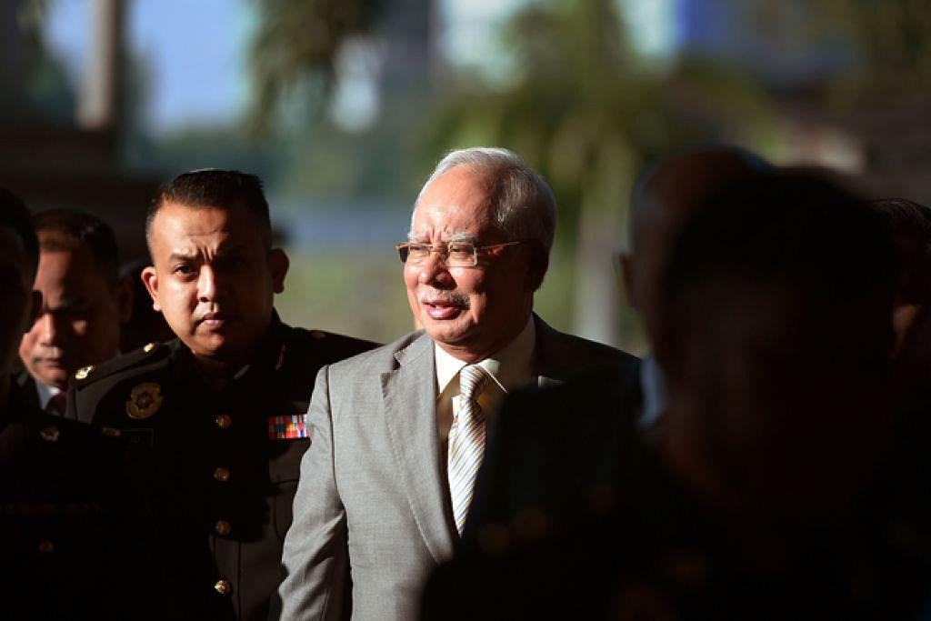 HADAPI PERTUDUHAN BERSAMA: Bekas perdana menteri Malaysia, Datuk Seri Najib Tun Razak, dan bekas ketua setiausaha perbendaharaan negara, Tan Sri Mohd Irwan Serigar Abdullah, mengaku tidak bersalah semalam terhadap enam pertuduhan pecah amanah berkaitan skandal 1Malasia Development Bhd (1MDB) membabitkan dana kira-kira RM6.6 bilion ($2.19 bilion). - Foto AFP