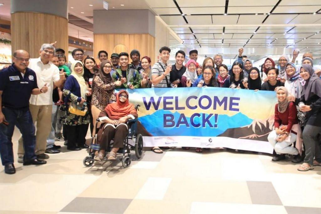 SAMBUTAN MESRA: Rombongan pendaki Mendaki disambut mesra oleh keluarga gan penasihat ETF Anggota Parlimen (AP) Dr Yaacob Ibrahim (dua dari kiri) di Lapangan Terbang Changi.