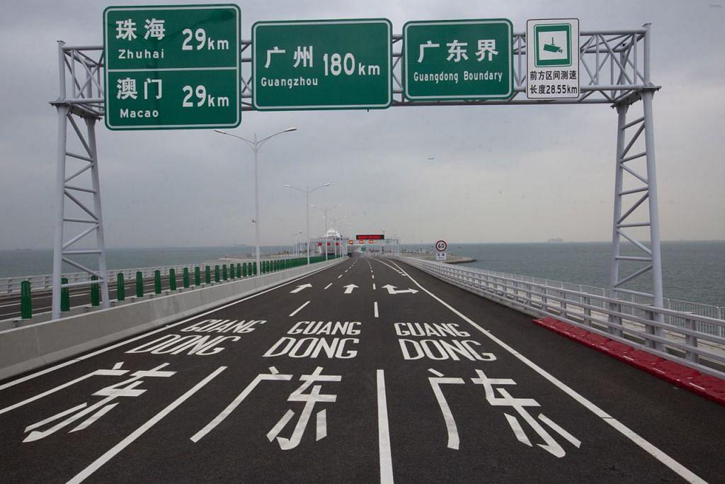 RANGSANG EKONOMI: Kebanyakan warga dan peniaga mendambakan projek jambatan ini dapat merangsangkan ekonomi setempat. - Foto EPA-EFE