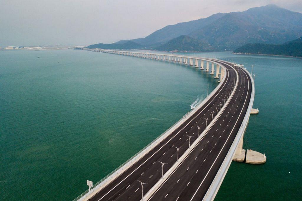 PERERAT IKATAN: China berharap jambatan ini dapat mengintegrasikan lagi penduduk di Hongkong dan Macau dengan sembilan bandar di tanah besar China yang terdapat di sekitar Muara Sungai Pearl. - Foto AFP