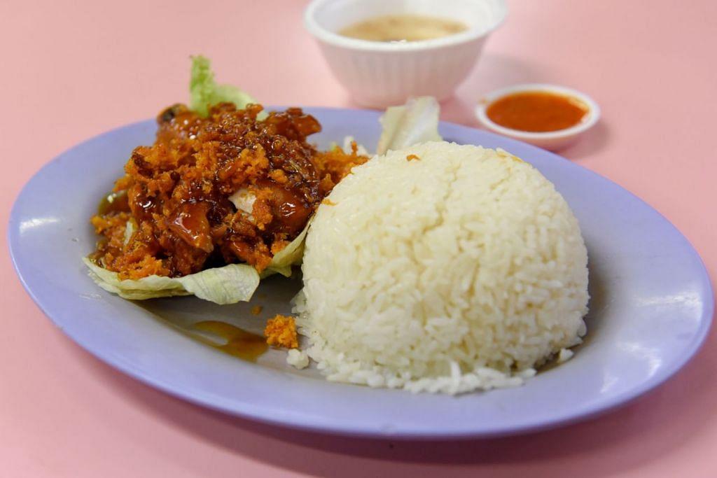 Selain nasi lemak dengan pelbagai jenis lauk dan sambal (gambar atas), mereka juga menyediakan mi horfun. - Foto BH oleh SYAZA NISRINA