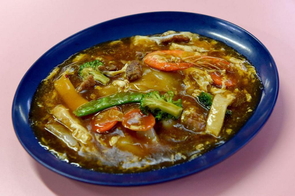 Selain nasi lemak dengan pelbagai jenis lauk dan sambal, mereka juga menyediakan mi horfun (gambar atas). - Foto BH oleh SYAZA NISRINA