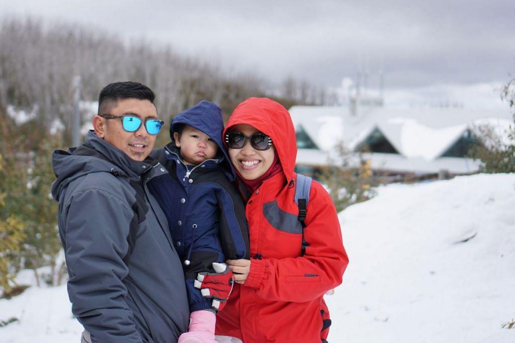KENANGAN BERSAMA KELUARGA: Penulis dan suami Nasrul Amin bersama puteri mereka Isabella Irdina merakam gambar kenangan bermain dengan salji di Gunung Lake.  - Foto ihsan MARDIANA RAHMAD