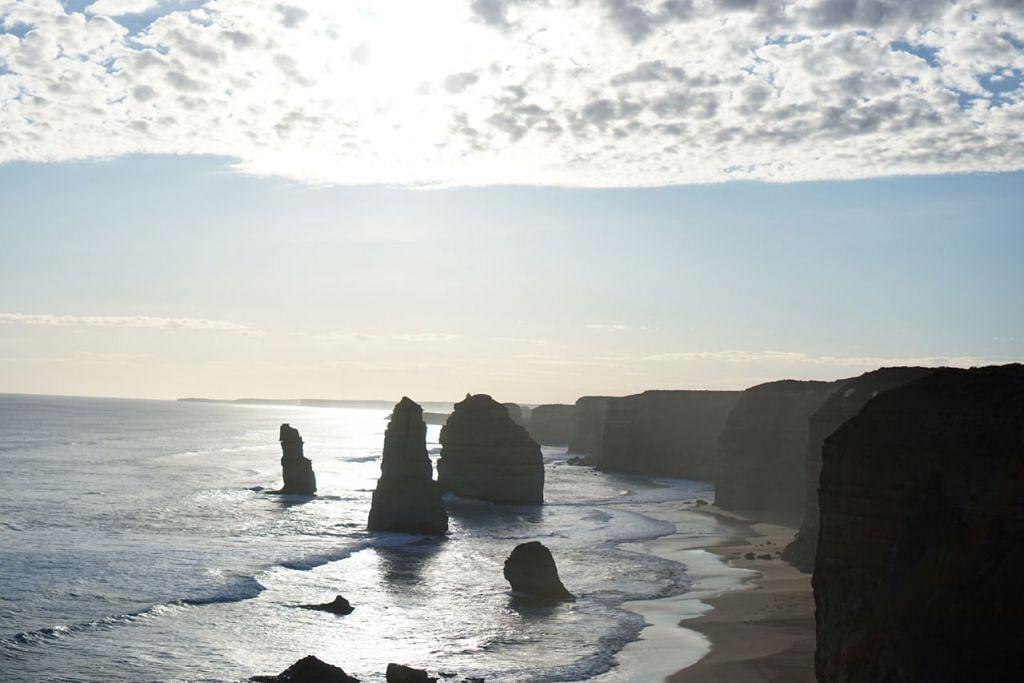TARIKAN SEMULA JADI: Usah lupa rakam pemandangan 12 Apostles ini di Great Ocean Road.  - Foto ihsan MARDIANA RAHMAD