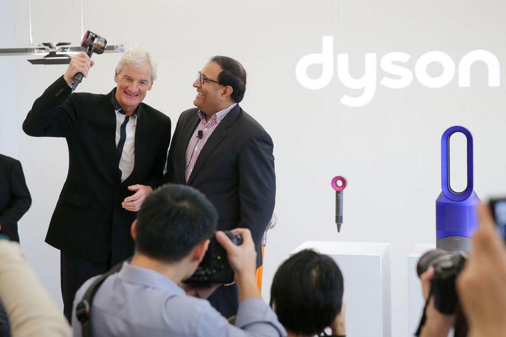 BANGUN TEKNOLOGI BARU: Menteri Perdagangan dan Perusahaan (Perusahaan) S. Iswaran (kanan) dan Sir James Dyson, pengasas dan ketua jurutera di Dyson pada acara pelancaran pusat teknologi baru syarikat itu di Taman Sains Singapura tahun lalu. Kemudahan ini memberi tumpuan pada usaha membangunkan teknologi baru buat masa hadapan, termasuk kecerdasan buatan, pembelajaran mesin, robotik, dinamik cecair dan sistem penglihatan. - Foto fail THE STRAITS TIMES