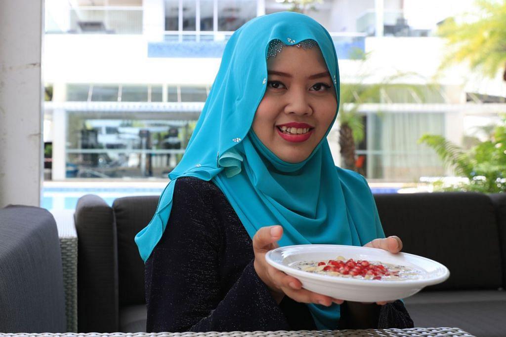 PILIHAN BERMUTU: Ustazah Siti Khadijah Ali menyediakan hidangan 'Overnight Oats' yang mempunyai khasiat tinggi. - Foto BH oleh TIMOTHY DAVID