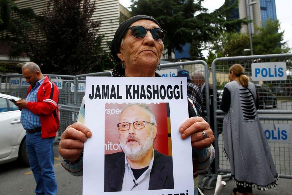 KRISIS KHASHOGGI: Seorang aktivis hak asasi manusia memegang gambar wartawan Arab Saudi Jamal Khashoggi semasa bantahan di luar konsulat Saudi di Istanbul, Turkey, 9 Oktober lalu. - Foto REUTERS