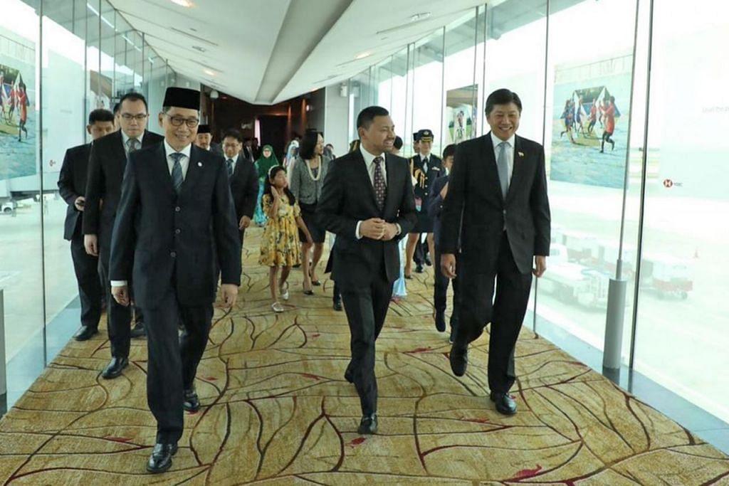 KUNJUNGAN KE SINGAPURA: Putera Haji Al-Muhtadee Billah, Putera Mahkota Brunei yang juga Menteri Kanan di Pejabat Perdana Menteri Brunei (dua dari kanan) tiba di Singapura bagi Program Pemimpin Muda (YLP) keenam, dan disambut oleh Menteri di Pejabat Perdana Menteri Ng Chee Meng (paling kanan). - Foto MFA