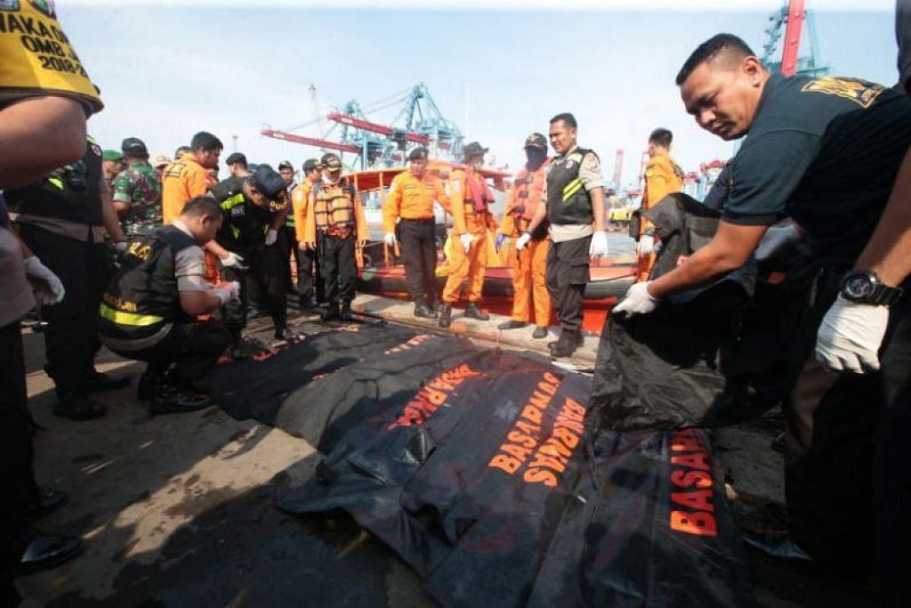 Pasukan penyelamat Indonesia membawa keluar mayat mangsa pesawat Lion Air yang terhempas. Foto: EPA-EFE