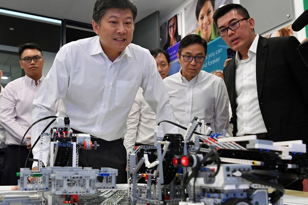 TINJAU KEUPAYAAN TEKNOLOGI: Encik Ng Chee Meng (tiga dari kanan) meninjau keupayaan analitik dalam lawatannya ke pejabat SAS Singapore semalam. Beliau bersama (dari kanan) pengarah urusan SAS Singapore, Encik Randy Goh, dan Presiden TTAB, Encik Ng Tiong Gee. - Foto BH oleh CHONG JUN LIANG