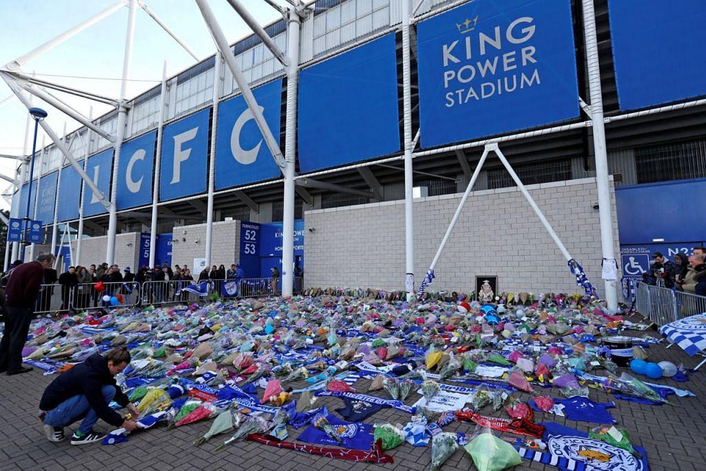 DUKACITA: Peminat kelab bola sepak Leicester City memberikan penghormatan di luar stadium kelab tersebut. - Foto REUTERS