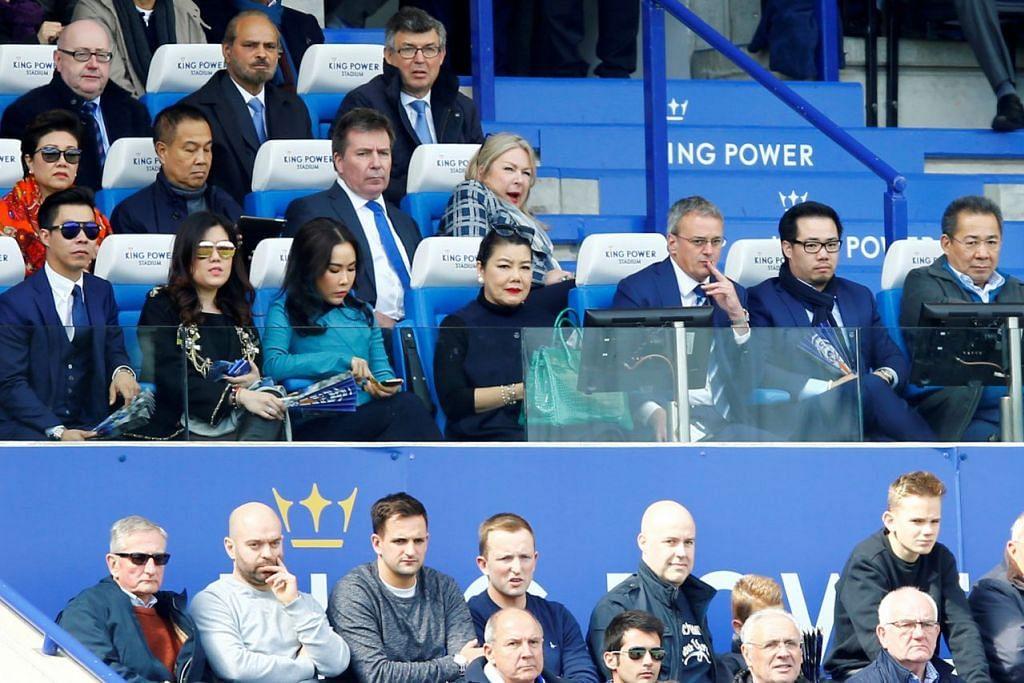 BERSAMA KELUARGA: (Barisan depan dari kiri) Pengarah Eksekutif Leicester City, Encik Apichet Srivaddhanaprabha, Cik Arunrung Srivaddhanaprabha, Cik Voramas Srivaddhanaprabha, Cik Aimon Srivaddhanaprabha; Pengarah Bola Sepak Leicester City, Jon Rudkin; Timbalan Pengerusi Leicester City, Encik Khun Aiyawatt Srivaddhanaprabha; dan Pengerusi Leicester City, Encik Vichai Srivaddhanaprabha; semasa menonton perlawanan di King Power Stadium April lalu.  - Foto REUTERS
