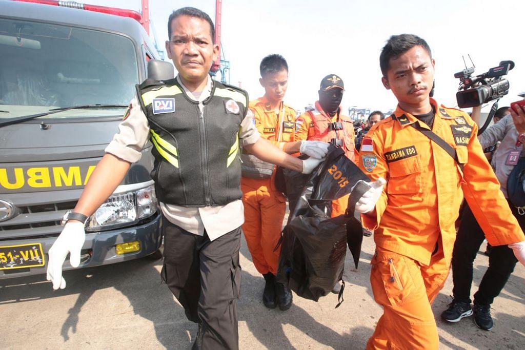 TEMUI BARANG: Penyelamat turut menemui pelbagai barangan yang dipercayai daripada pesawat termasuk barangan peribadi milik mangsa. - Foto EPA-EFE