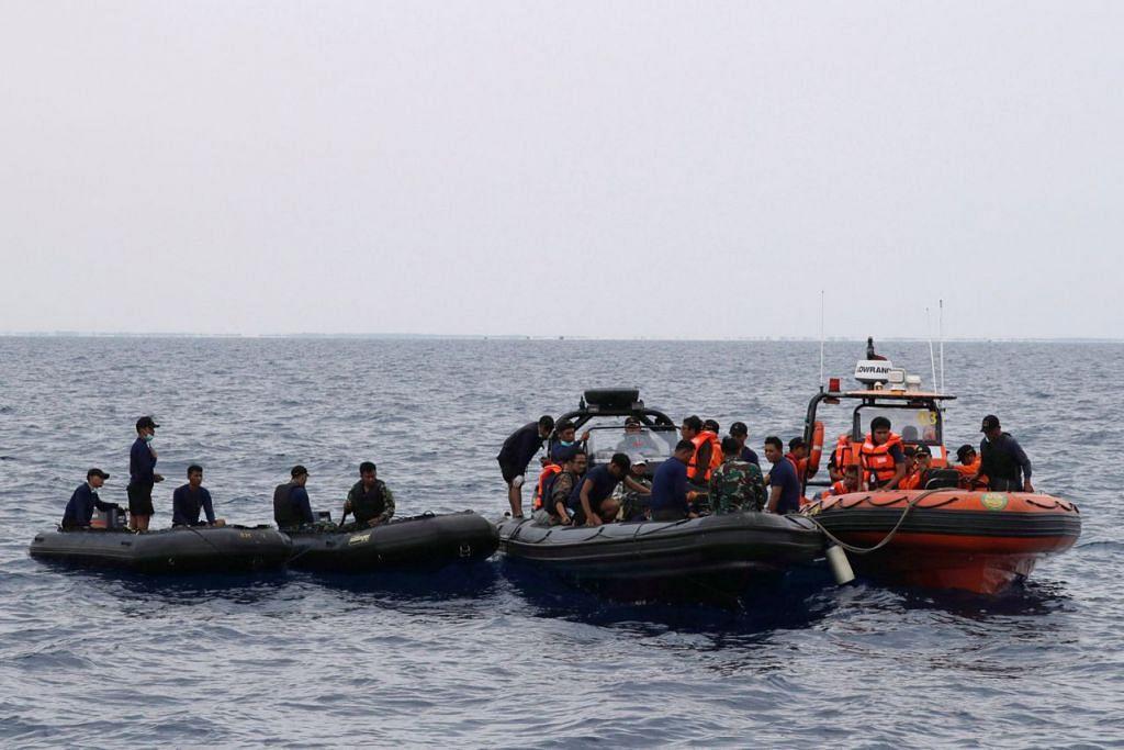 TERUS BERTUGAS: Sekumpulan anggota pasukan penyelamat bersedia untuk menyelam di kawasan laut terhempasnya pesawat Lion Air JT610 di kawasan Karawang, Jawa Barat. - Foto REUTERS