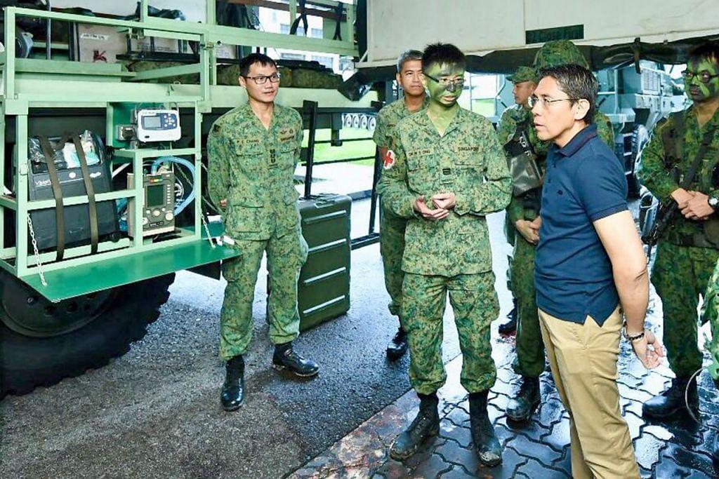 TUNGGAK PERTAHANAN SINGPURA: Dr Maliki, yang dirakam berinteraksi dengan anggota kerahan menjalani latihan di Kem Sungei Gedong semalam, melihat NS sebagai tunggak SAF dan pertahanan Singapura. - Foto MINDEF