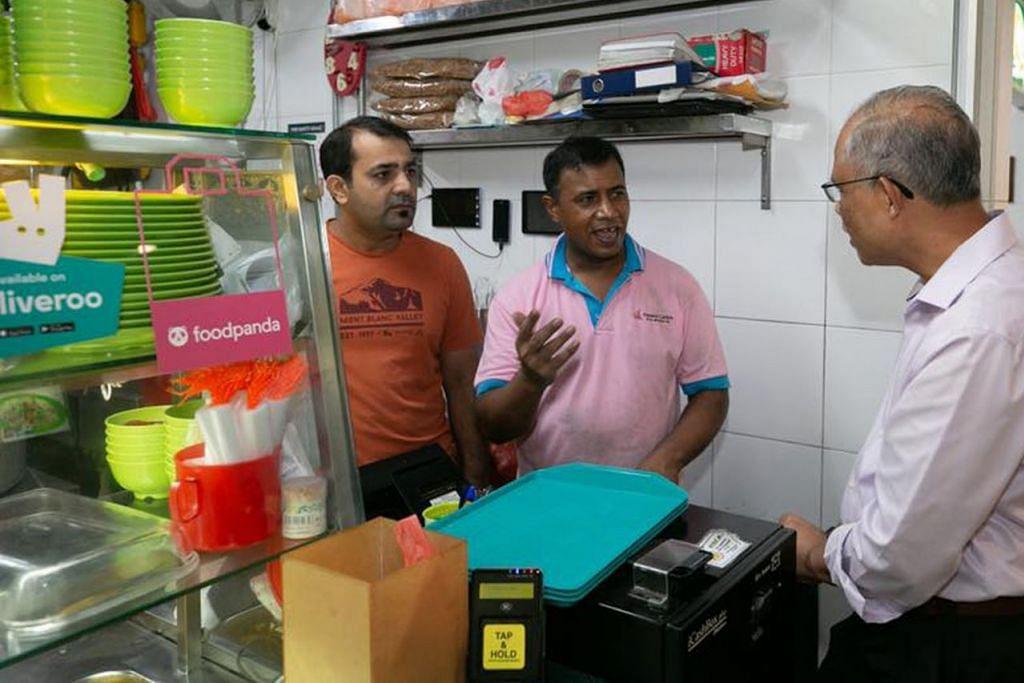 LAWAT PENJAJA: Encik Masagos (kanan) bersarapan dan mengadakan lawatan ke pusat penjaja di Our Tampines Hub kelmarin. Beliau bersama Encik Afzal Ali Bhatti (tengah) dari gerai Best Zaika Indian Muslim Food yang beroperasi sejak November 2016. - Foto FACEBOOK MASAGOS ZULKIFLI MASAGOS MOHAMAD