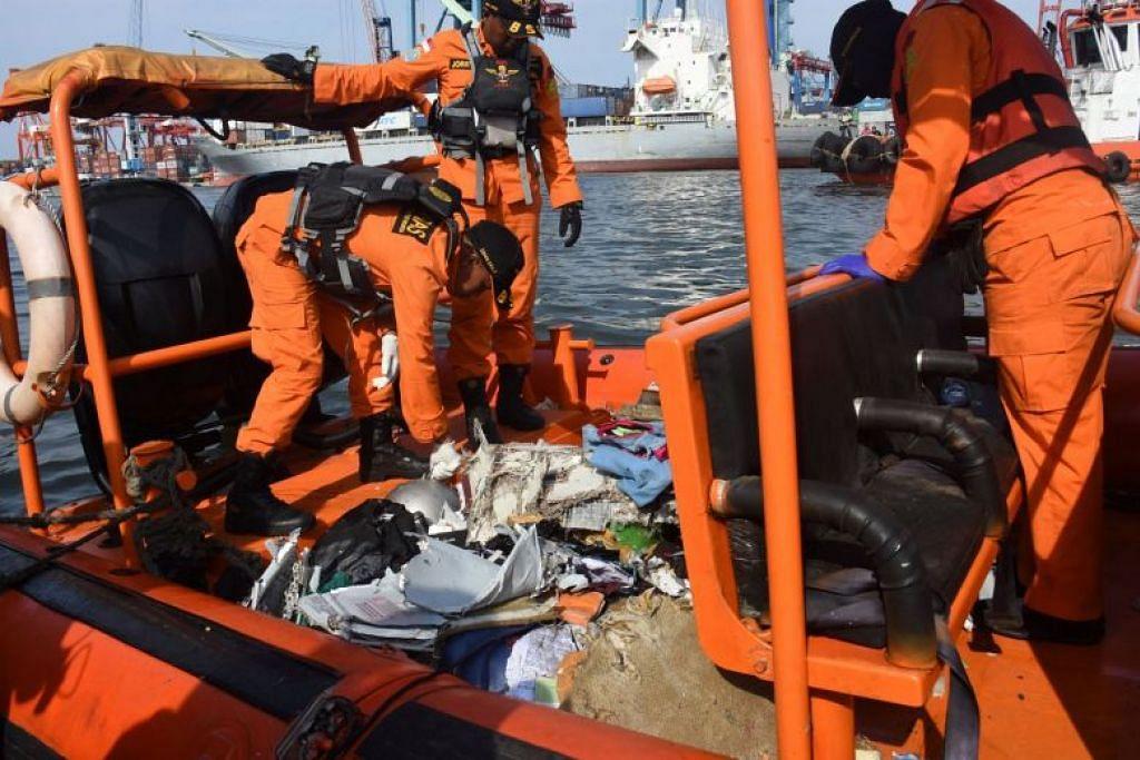 Anggota pasukan penyelamat mengumpul serpihan pesawat Lion Air yang terhempas di laut semalam. Foto: REUTERS