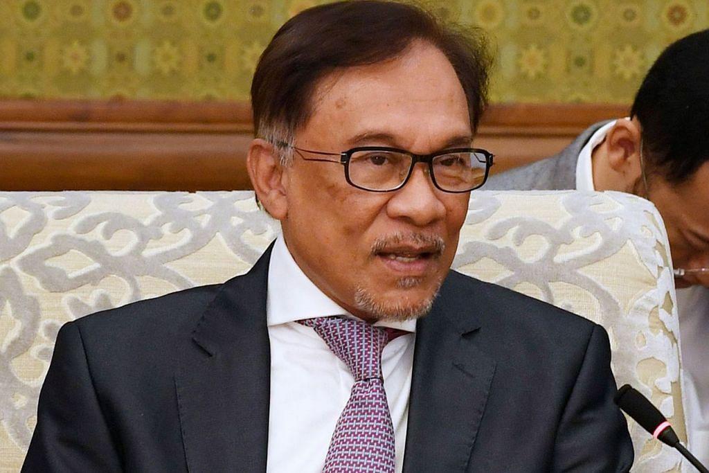 HANYA TANGGAPAN LIAR: Datuk Seri Anwar (atas) menganggap desas-desus terbaru bagi menghalangnya menjawat jawatan PM Malaysia sebagai satu tanggapan liar yang berpunca daripada konspirasi lapuk tentang perjalanan politiknya. - Foto AFP