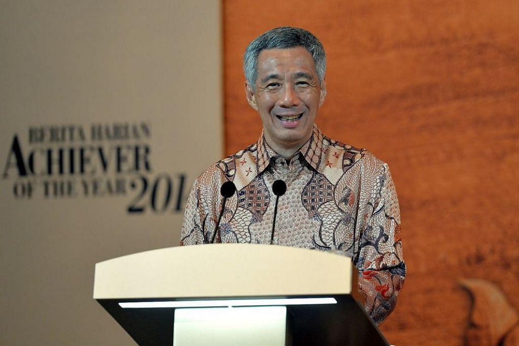 SOKONGAN PADU: Encik Lee menggesa warga Singapura terus bekerja keras untuk memburu kejayaan, dalam ucapannya di majlis Anugerah Jauhari BH pada 31 Oktober 2018. Anugerah tahunan itu menyambut ulang tahun ke-20 tahun ini dan Encik Lee, yang menyampaikan anugerah kepada pemenanga pertama pada 1999 dan beberapa tahun selepas itu turut memberikan trofi kepada pemenang tahun ini.