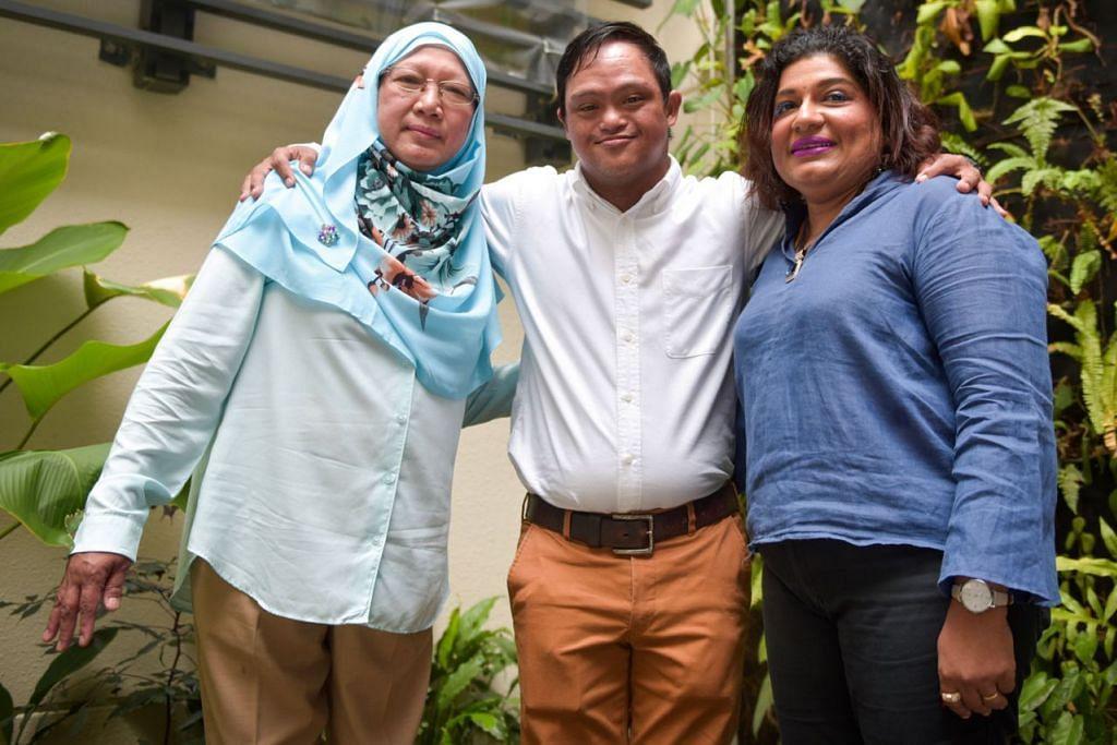 HARGAI JASA: (Dari kiri) Cik Kamsih Afandi bersama anaknya Encik Ahmad Salim Buang, bertemu kembali dengan bekas guru Encik Salim, Cik Santha Raman di sambutan ulang tahun ke-50 Minds Sekolah Woodlands Green, antara sekolah pendidikan khas tertua di Singapura. - Foto BH oleh MATTHIAS CHONG