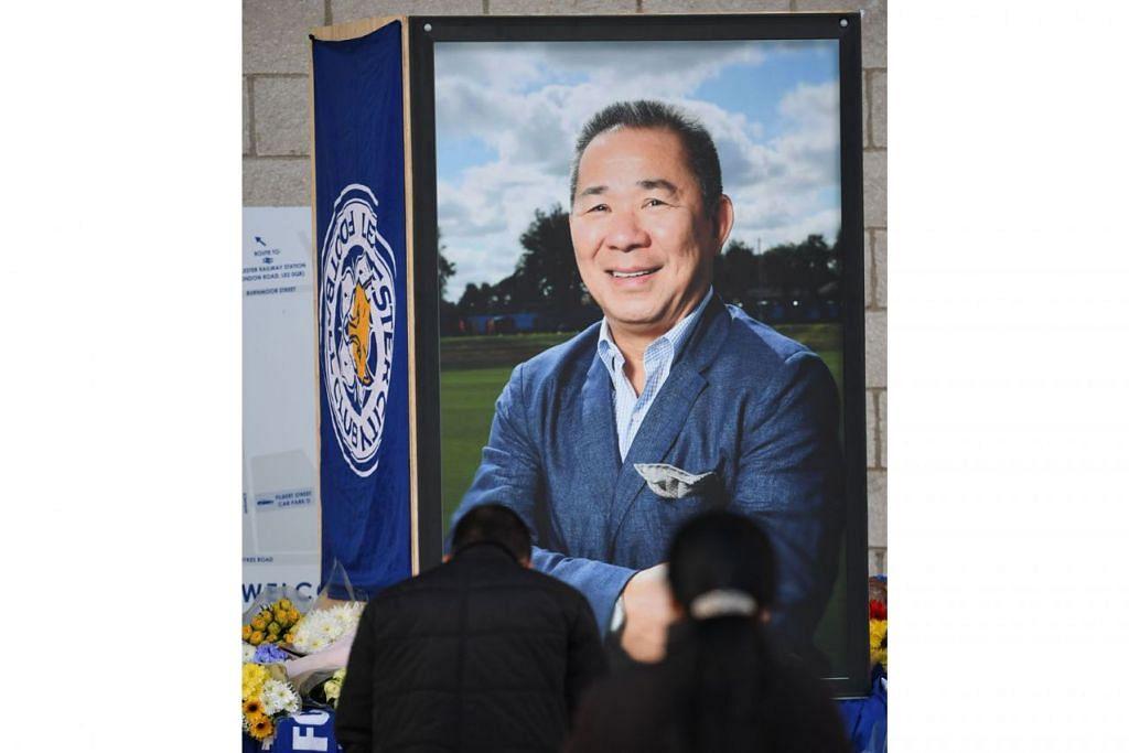 PENGHORMATAN TERAKHIR: Pemilik kelab bola sepak Leicester City, Vichai Srivaddhanaprabha, begitu disayangi peminat. Kelihatan dalam gambar atas, dua daripada ratusan ribu penyanjungnya memberi penghormatan terakhir kepadanya. - Foto AFP
