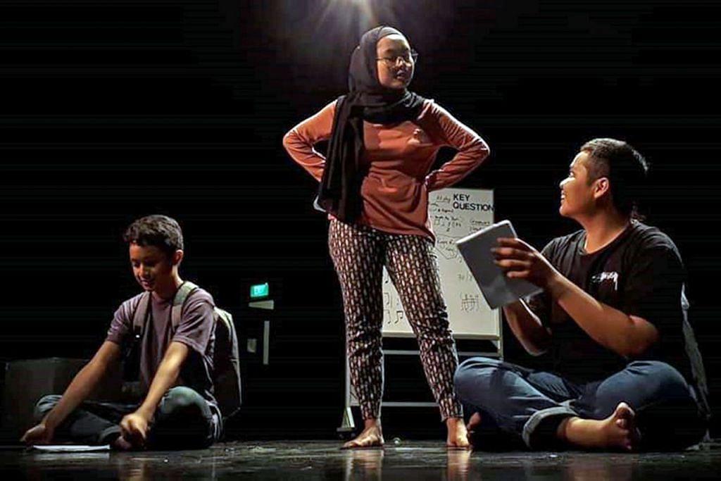 MENGAJAK PENONTON BERFIKIR: Barisan pelakon drama Oh Padi Oh Lalang berlatih bagi menghidupkan naskhah tulisan M Hafiz Yusof, seorang pendidik, yang berkisar tentang penerokaan minda dan sel otak. - Foto BH oleh ASIF SAIFUDIN