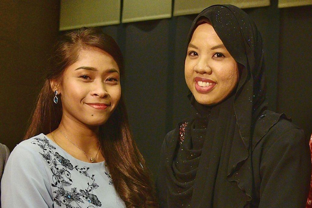 JADI INSPIRASI: Cik Kartika (kiri) dan Cik Syafiqah menerima Anugerah Jauhari Inspirasi malam tadi yang diberikan kepada anak muda di bawah 30 tahun yang menjadi contoh sebagai mengiktiraf usaha mereka dalam bidang masing-masing. - Foto BH oleh DESMOND WEE