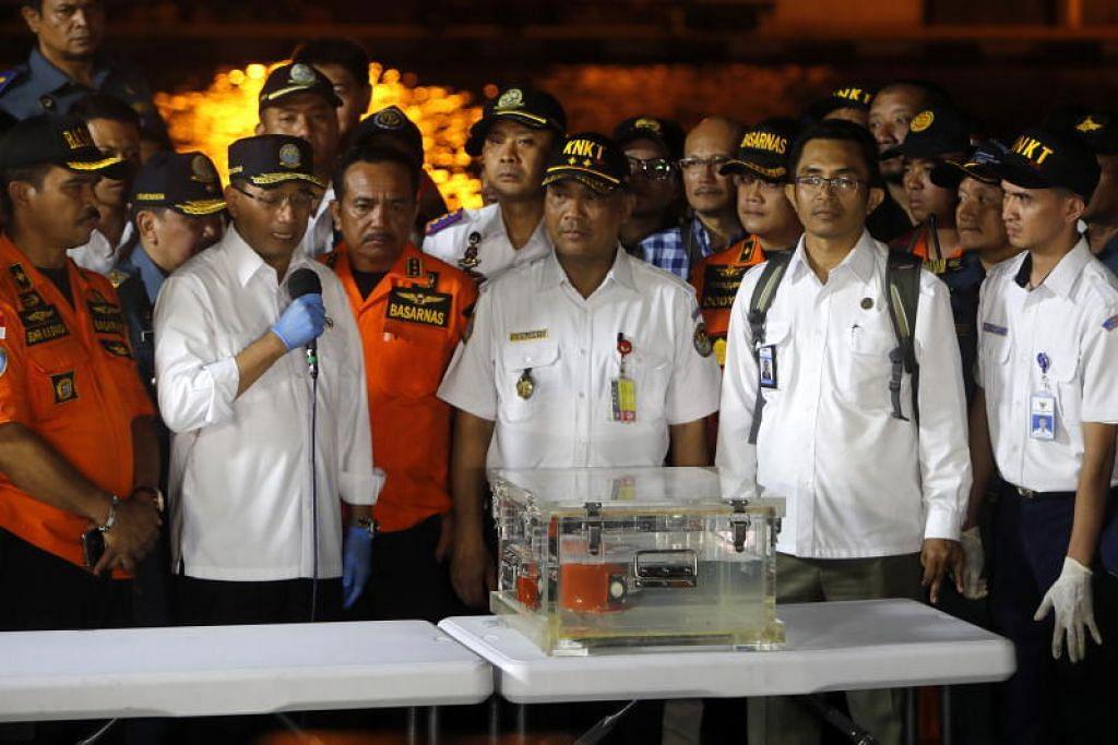 Jawatankuasa Keselamatan Pengangkutan Kebangsaan Indonesia (KNKT) pada sidang akhbar menunjukkan kotak hitam penerbangan Lion Air JT-610 yang berjaya ditemui dari bangkai kapal semasa sidang akhbar di Pelabuhan Tanjung Priok, Jakarta, Indonesia. - Foto EPA
